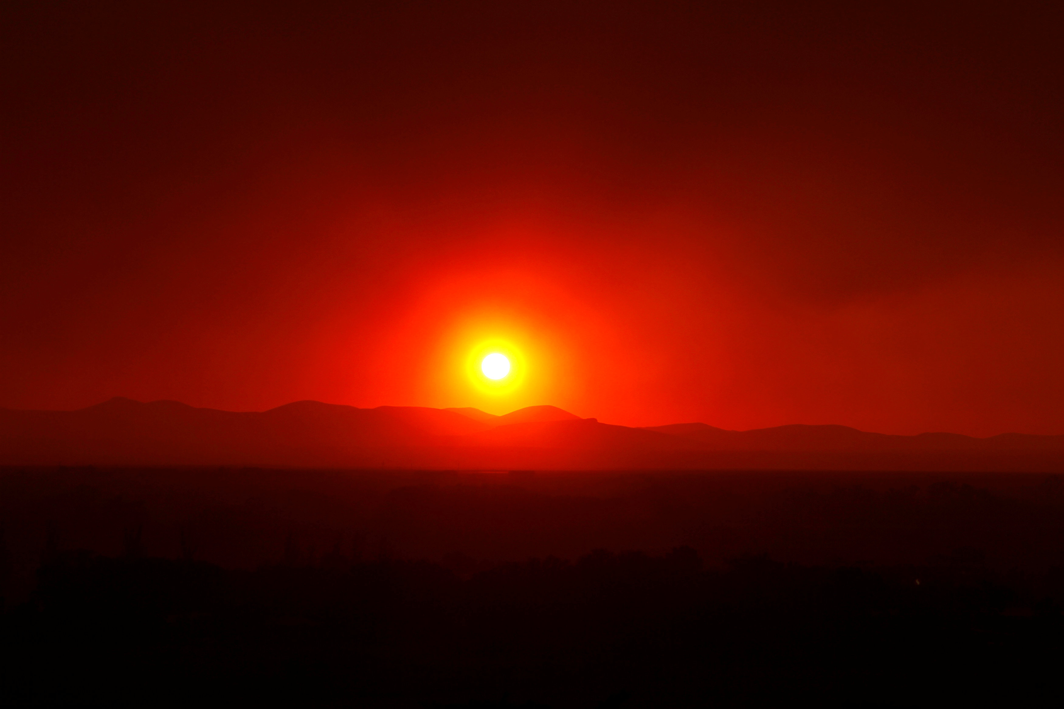 FILE PHOTO: Smoke from the Wallow Wildfire billows over the White Mountains as the sun sets in Springerville, Arizona, U.S., June 8, 2011. REUTERS/Joshua Lott/File Photo
