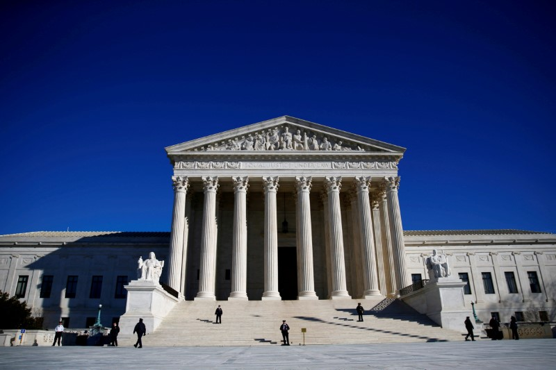 FILE PHOTO: Police officers stand in front of the U.S. Supreme Court in Washington, DC, U.S., January 19, 2018. REUTERS/Eric Thayer/File Photo