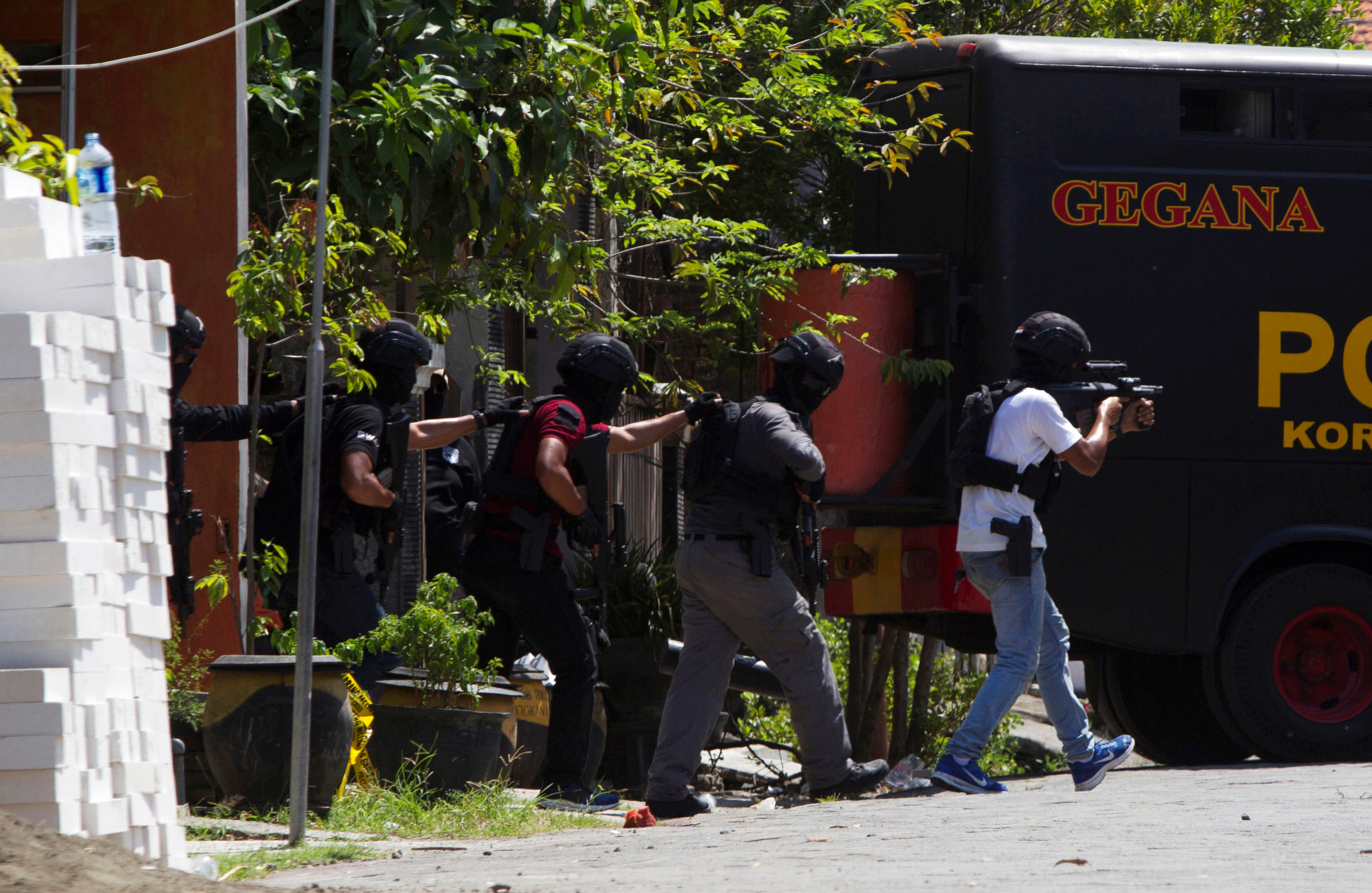 Anti-terror policemen walk during a raid of a house of a suspected terrorist at Medokan Ayu area in Surabaya, Indonesia May 15, 2018. REUTERS/Sigit Pamungkas