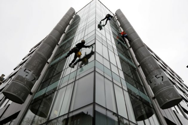 FILE PHOTO: Window cleaners work outside the offices of Cambridge Analytica in central London, Britain, March 24, 2018. REUTERS/Peter Nicholls/File Pho