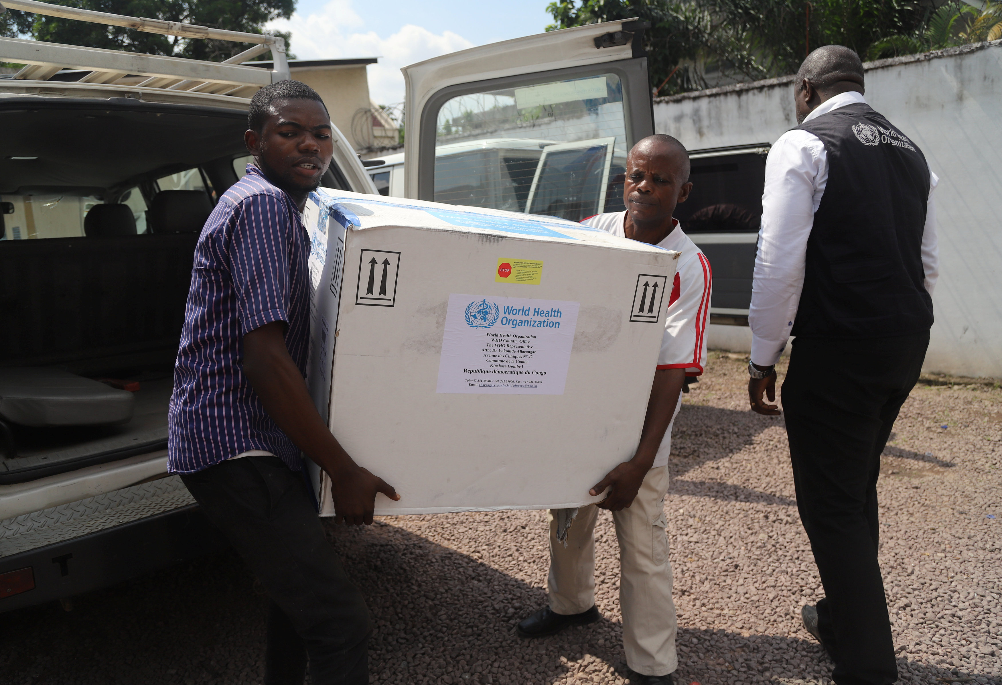 FILE PHOTO: Congolese Health Ministry officials carry the first batch of experimental Ebola vaccines in Kinshasa, Democratic Republic of Congo May 16, 2018. REUTERS/Kenny Katombe/File Photo