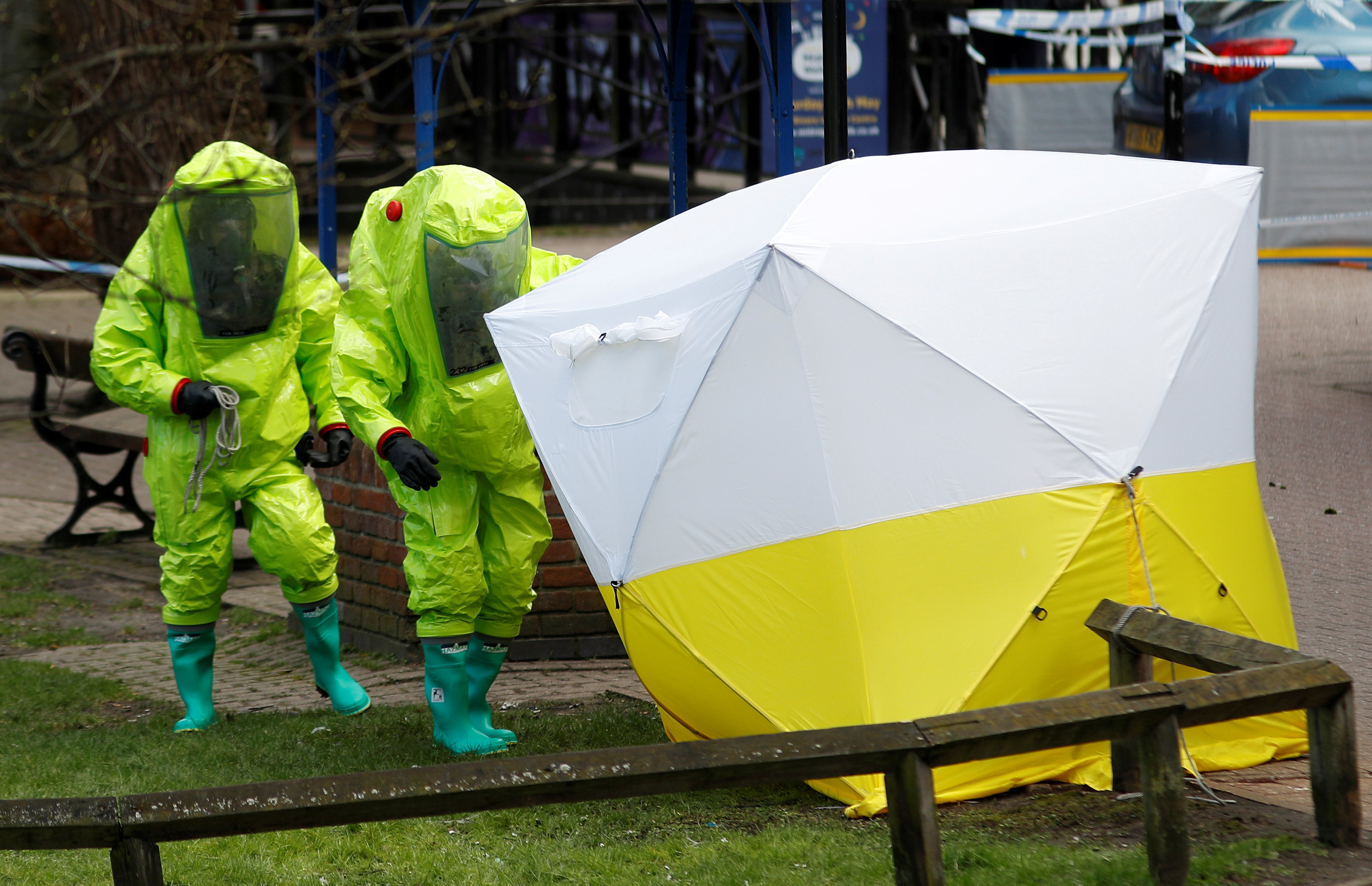 FILE PHOTO: The forensic tent, covering the bench where Sergei Skripal and his daughter Yulia were found, is repositioned by officials in protective suits in the centre of Salisbury, Britain, March 8, 2018. REUTERS/Peter Nicholls/File Photo