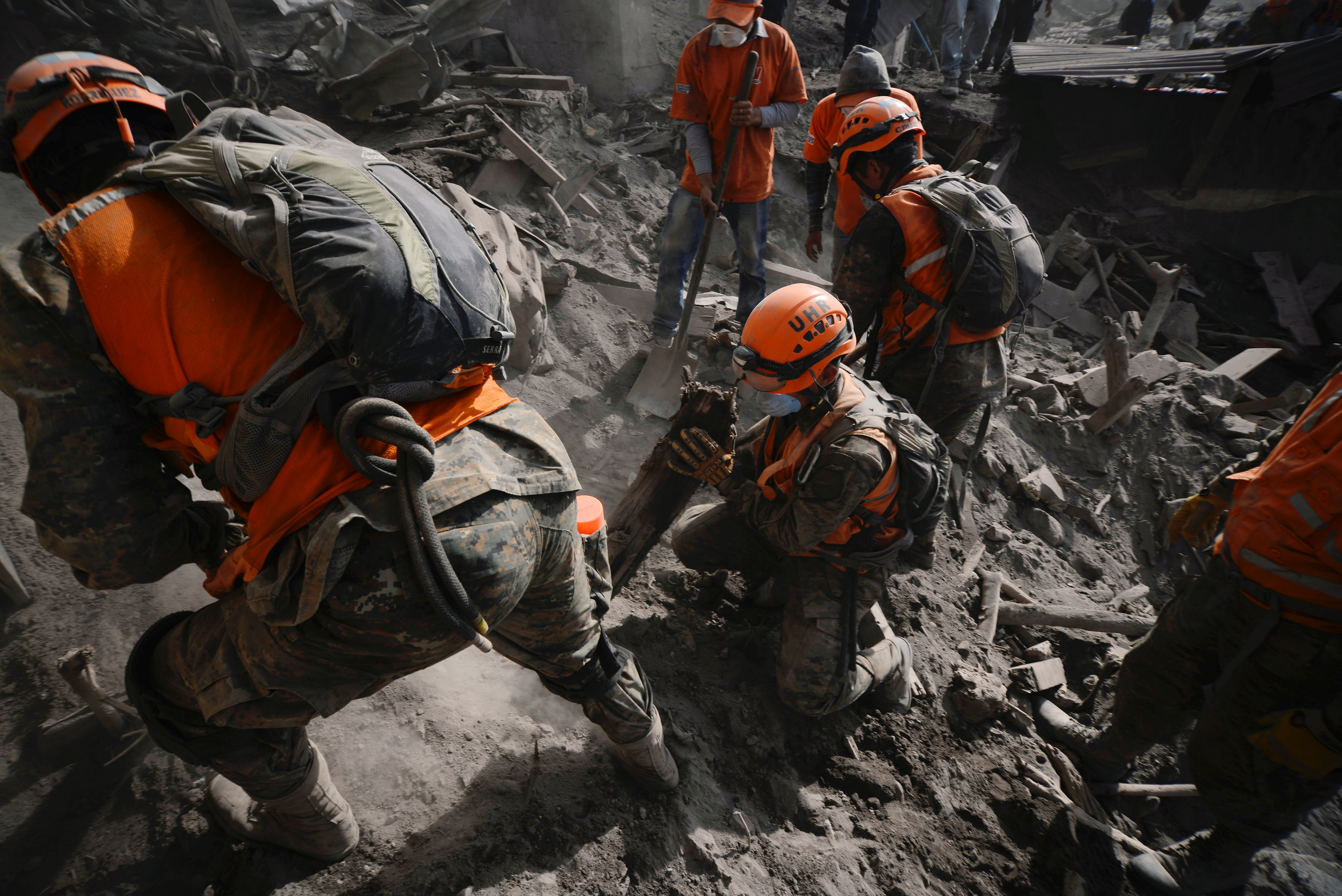 Soldiers search for remains at an area affected by the eruption of the Fuego volcano at El Rodeo in Escuintla, Guatemala June 6, 2018. REUTERS/Fabricio Alonzo
