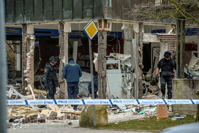 FILE PHOTO: Police officers stand at the scene of an explosion after what is believed to have been a robbery attempt on an ATM, in Genarp, southern Sweden March 21, 2016. REUTERS/Johan Nilsson/TT News Agency/File Photo