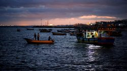 FILE PHOTO: Palestinian fishermen ride their boats as they return from fishing at the seaport of Gaza City early morning September 26, 2016. REUTERS/Mohammed Salem/File Photo