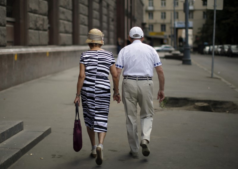 A couple walks down the street in the Tverskaya district of Moscow August 17, 2013. REUTERS/Lucy Nicholson