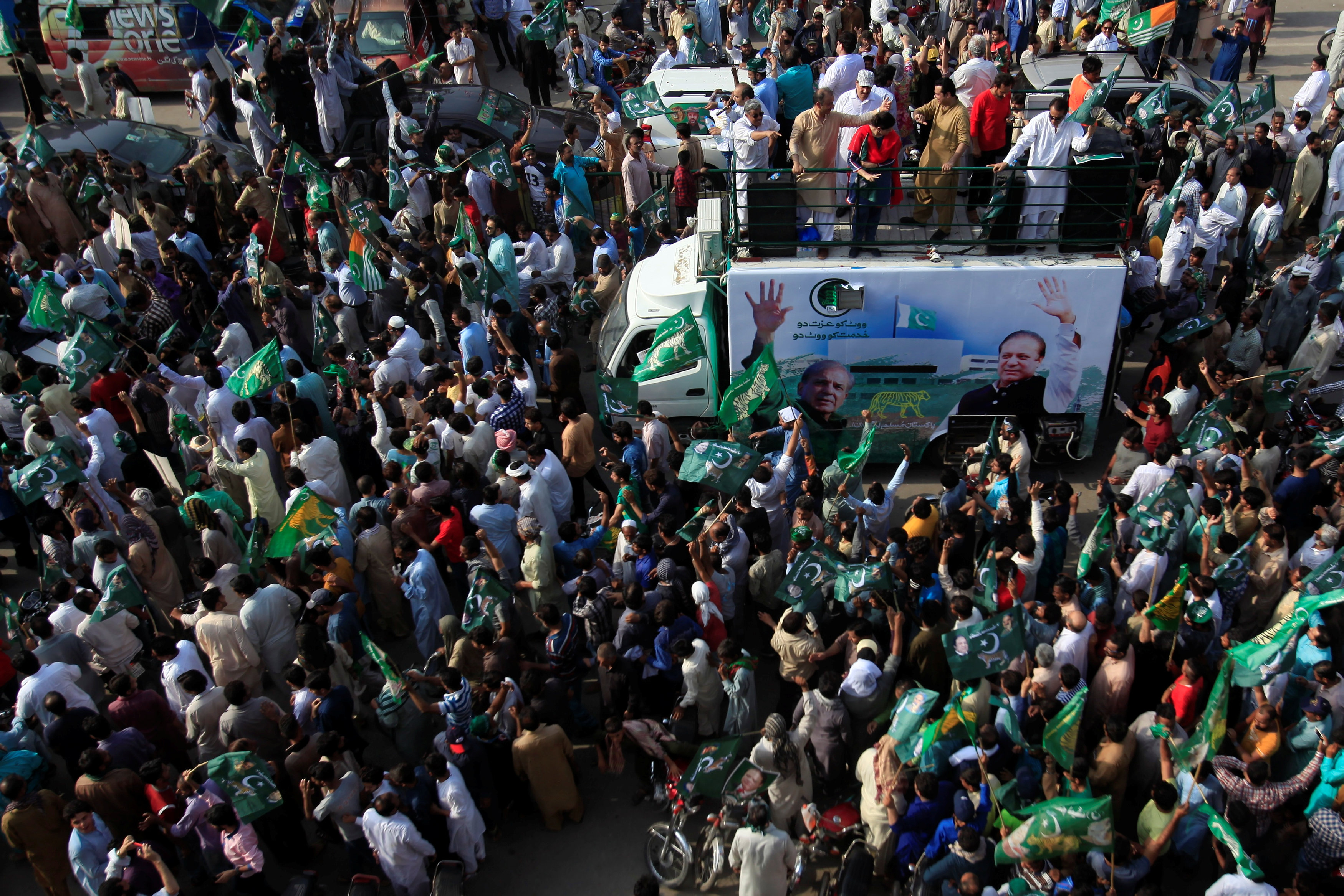 FILE PHOTO: Supporters of the Pakistan Muslim League - Nawaz (PML-N) chant march towards the airport to welcome ousted Prime Minister Nawaz Sharif and his daughter Maryam, in Lahore, Pakistan July 13, 2018. REUTERS/Mohsin Raza/File Photo