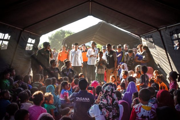 Indonesian President Joko Widodo (C) talks to earthquake victims inside a makeshift tent at Madayin village in Lombok Timur, Indonesia, July 30, 2018. Antara Foto/Ahmad Subaidi/via REUTERS