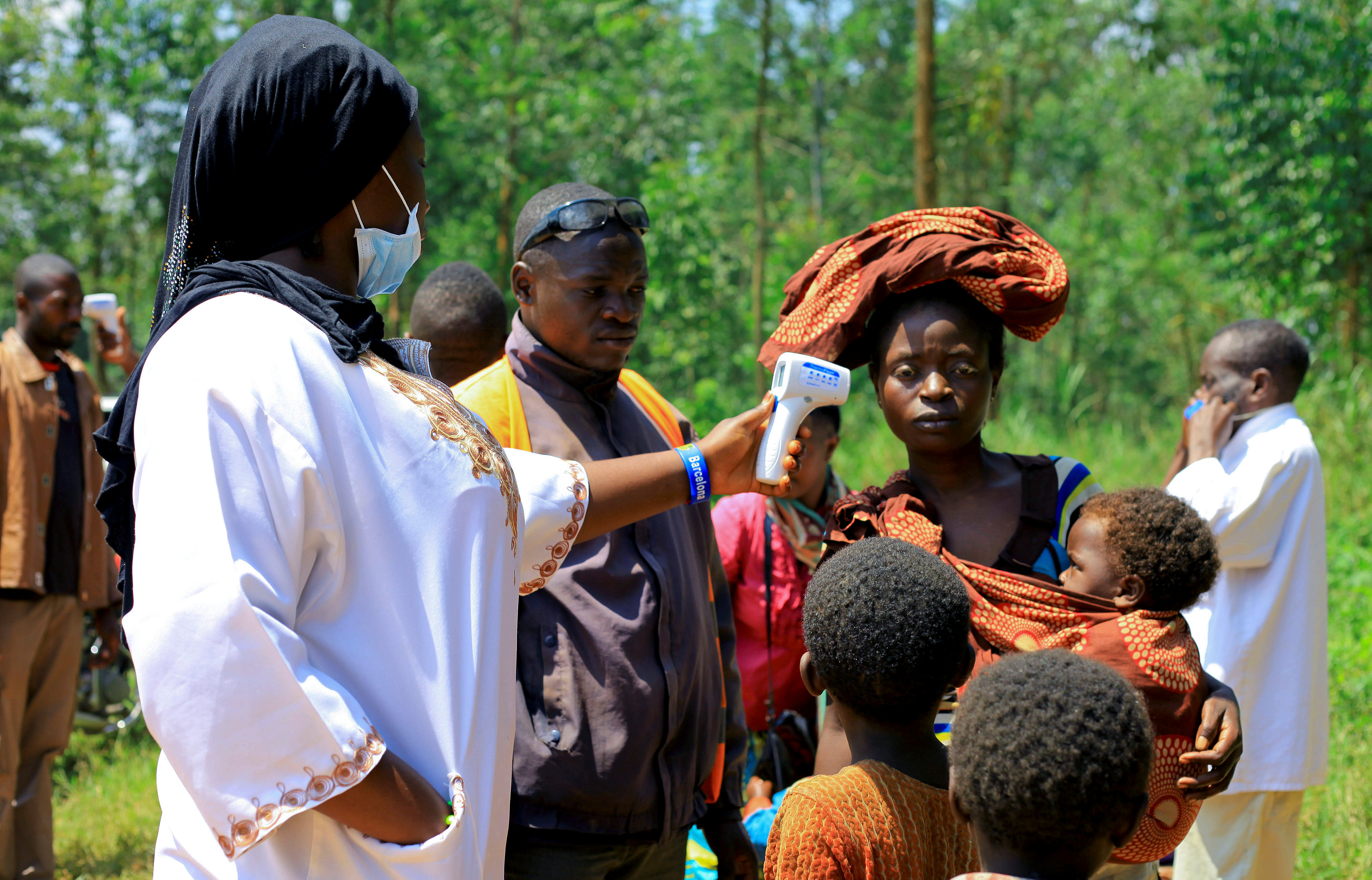 A Congolese health worker checks the temperature of a woman before the launch of vaccination campaign against the deadly Ebola virus near Mangina village, near the town of Beni, in North Kivu province of the Democratic Republic of Congo, August 8, 2018. REUTERS/Samuel Mambo