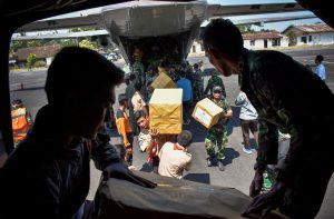 Indonesian soldiers unload relief aid for earthquake victims from a plane at an airbase in Mataram, Lombok, Indonesia August 9, 2018 in this photo taken by Antara Foto. Antara Foto/Ahmad Subaidi/via REUTER