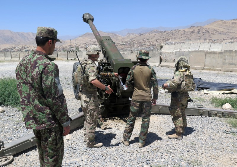 U.S. military advisers from the 1st Security Force Assistance Brigade work with Afghan soldiers at an artillery position on an Afghan National Army base in Maidan Wardak province, Afghanistan August 6, 2018. REUTERS/James Mackenzie