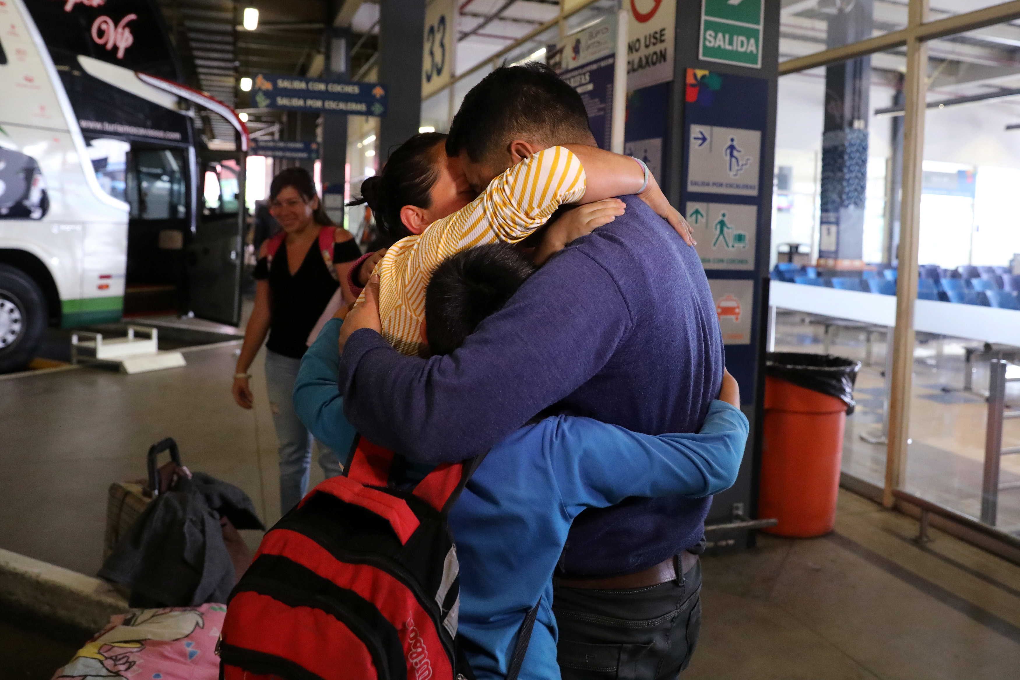 Venezuelan migrant Plaza Pernia family hug as they arrive from the northern city of Tumbes, border with Ecuador, to the bus terminal in Lima, Peru August 22, 2018. REUTERS/Guadalupe Pardo