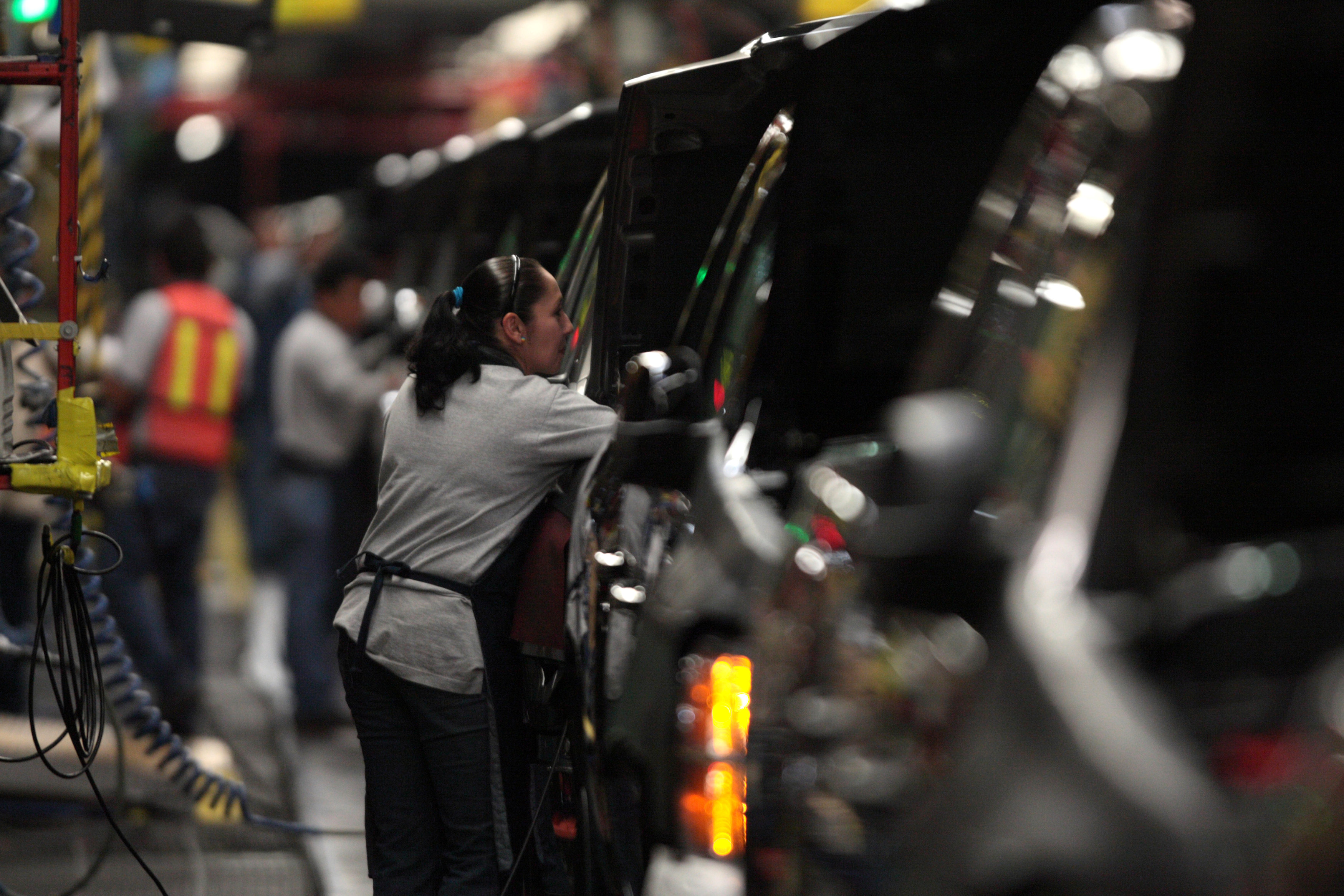 FILE PHOTO: Factory employees are seen working in the plant of General Motors in the city of Silao, in the state of Guanajuato, Mexico in this November 25, 2008 file photo. REUTERS/Henry Romero/Files