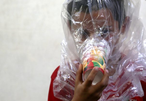 Un bambino prova una maschera antigas improvvisata a Idlib, in Siria, 3/09/2018. Credits to: Khalil Ashawi/Reuters.