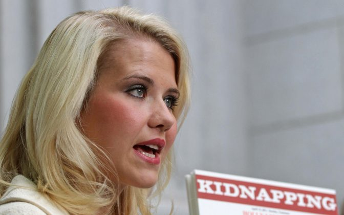 FILE PHOTO: Elizabeth Smart talks to the media outside the Federal Courthouse after addressing her kidnapper, Brian David Mitchell, during his sentencing in Salt Lake City, Utah, U.S., May 25, 2011. REUTERS/Michael Brandy/File Photo