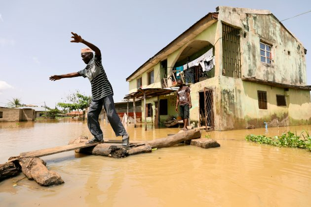 FILE PHOTO: A man makes his way through flood waters in Kogi State, Nigeria September 17, 2018. REUTERS/Afolabi Sotunde/File Photo