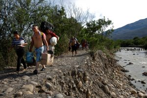 Venezuelans carry their belongings along a pathway after illegally entering Colombia through the Tachira river close to the Simon Bolivar International bridge in Villa del Rosario, Colombia August 25, 2018. REUTERS/Carlos Garcia Rawlins