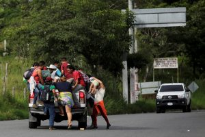 Honduran migrants, part of a caravan trying to reach the U.S., board a truck during a new leg of their travel in Esquipulas, Guatemala October 16, 2018. REUTERS/Jorge Cabrera