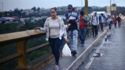 Honduran migrants, part of a caravan trying to reach the U.S., walk on a bridge during their travel in Guatemala City, Guatemala October 18, 2018. REUTERS/Edgard Garrido