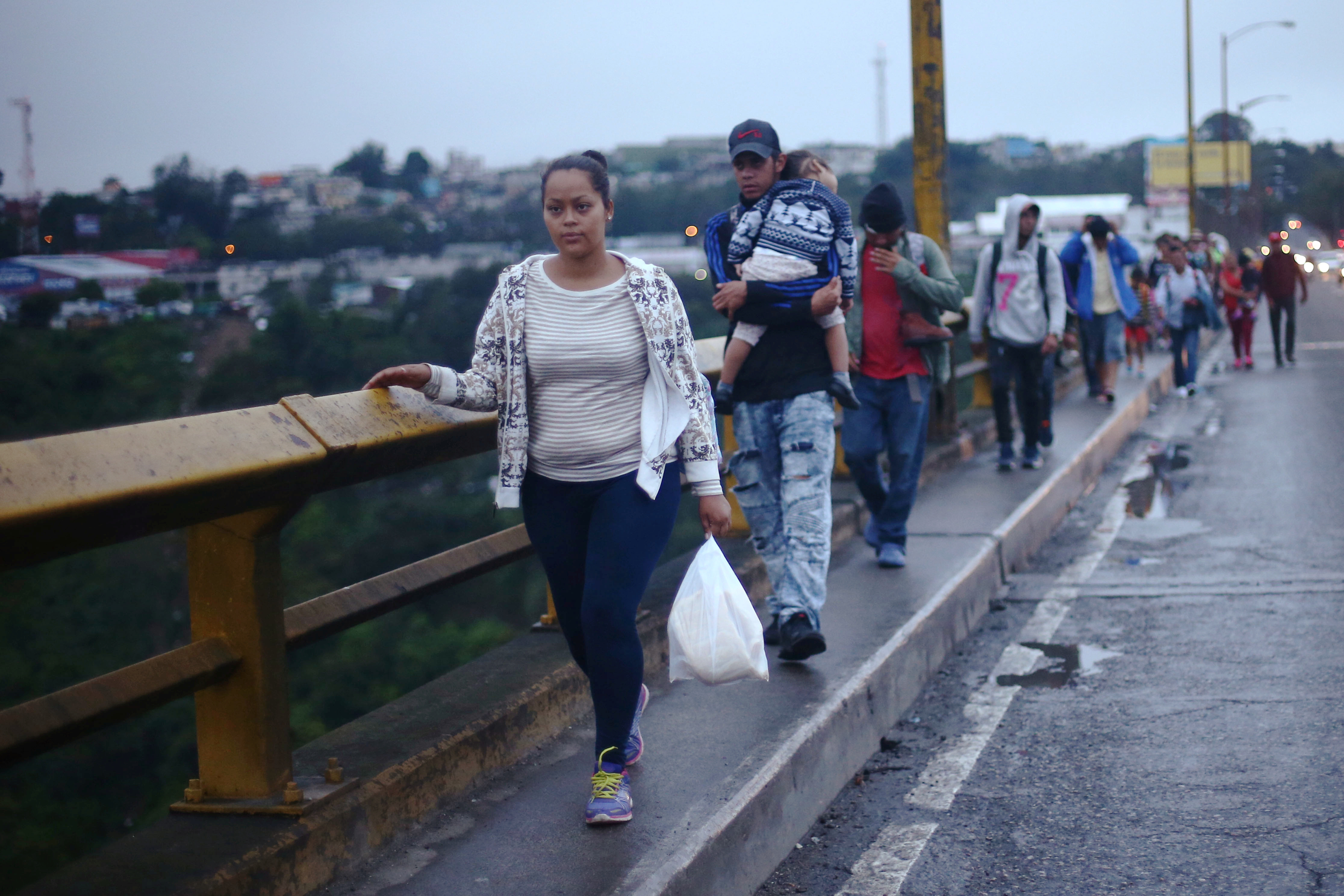 Honduran migrants, part of a caravan trying to reach the U.S., walk on a bridge during their travel in Guatemala City, Guatemala October 18, 2018. REUTERS/Edgard Garrido