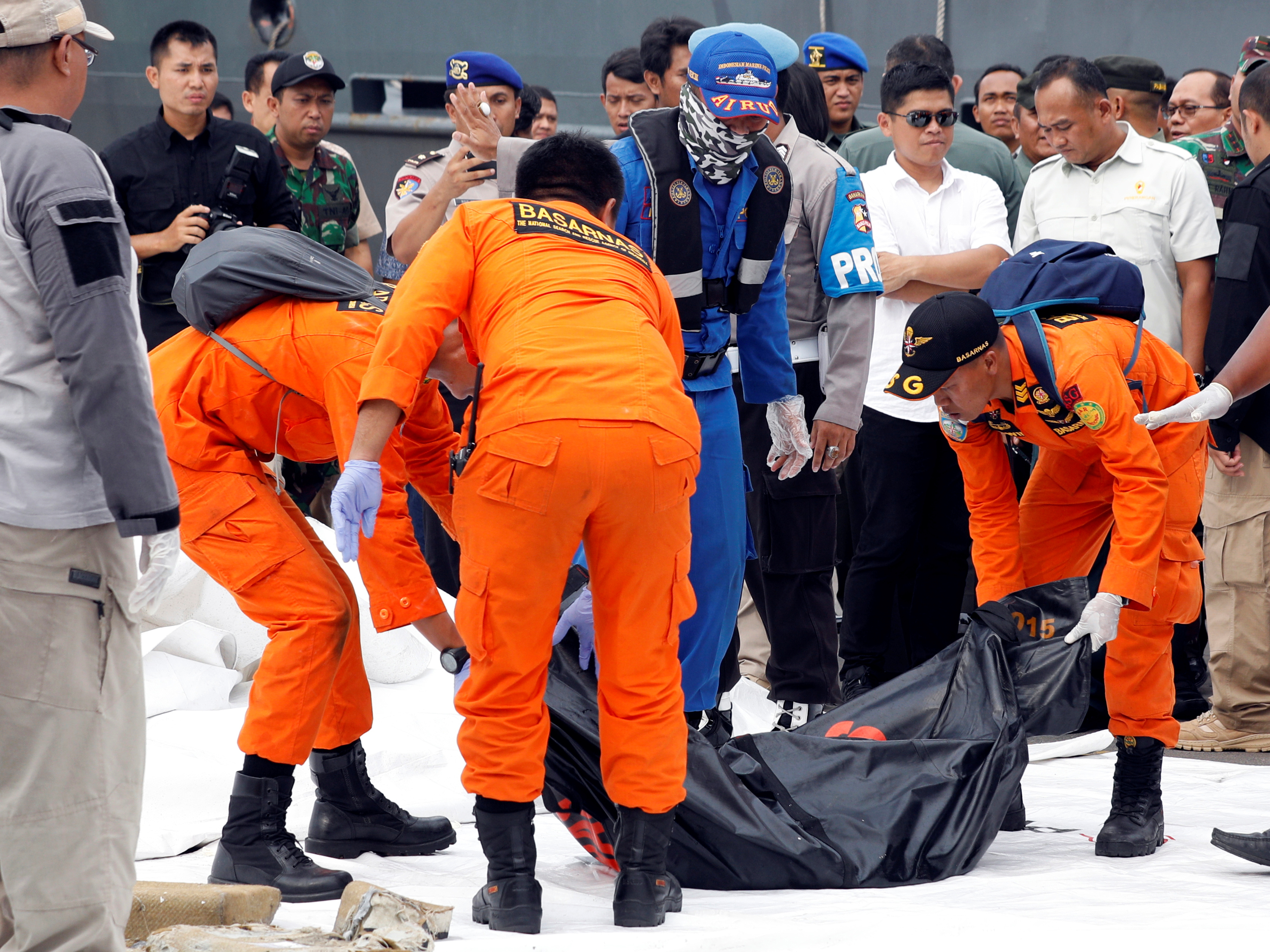 Rescue workers of crashed Lion Air flight JT610 carry a body bag off a boat at Tanjung Priok port in Jakarta, Indonesia, October 30, 2018. REUTERS/Edgar Su