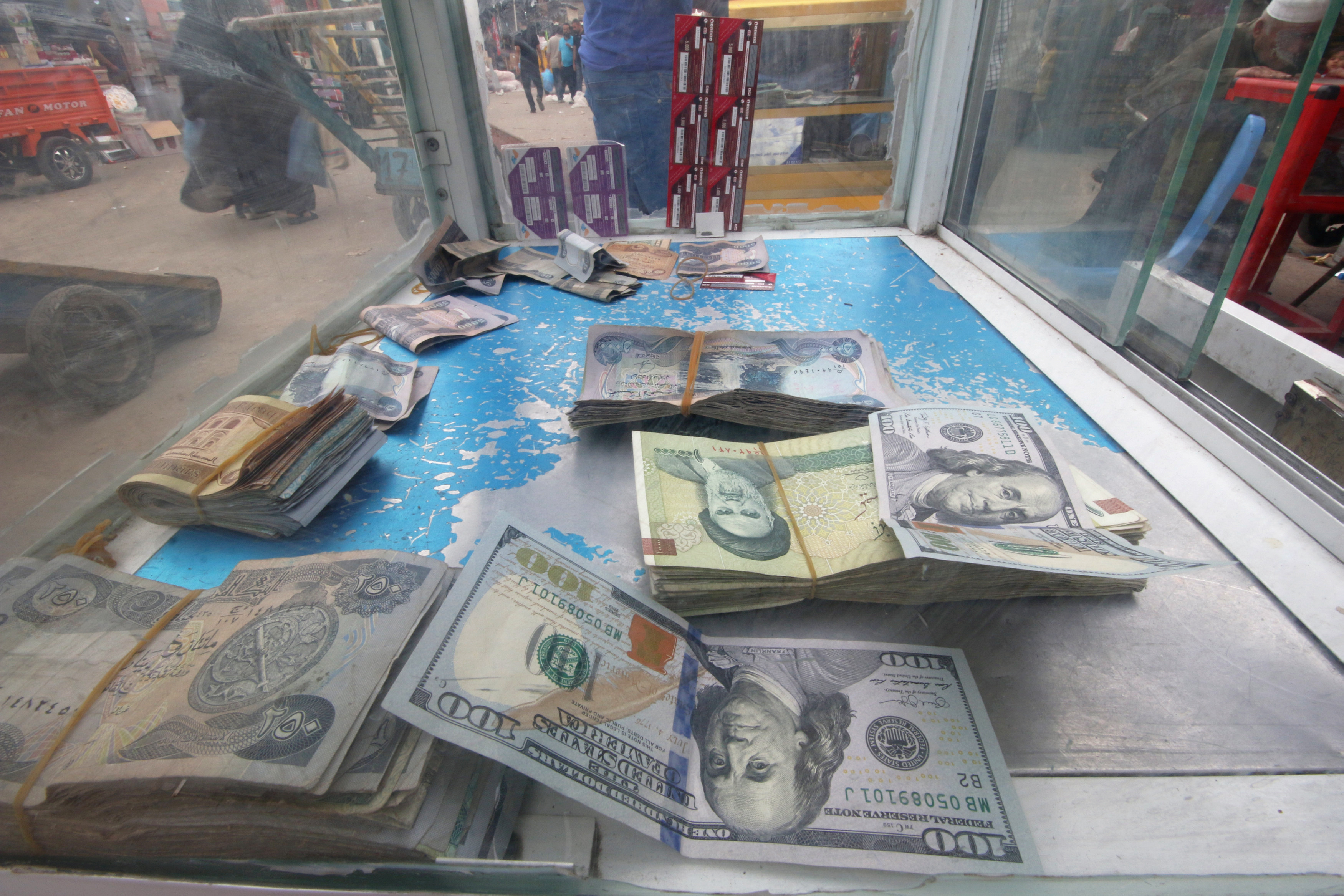 FILE PHOTO: Iranian rials, U.S. dollars and Iraqi dinars are seen at a currency exchange shopÊin Basra, Iraq November 3, 2018. Picture taken November 3, 2018. REUTERS/Essam al-Sudani