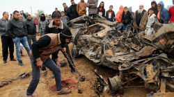 Palestinians inspect the remains of a vehicle that was destroyed in an Israeli air strike, in Khan Younis in the southern Gaza Strip November 12, 2018. REUTERS/Suhaib Salem
