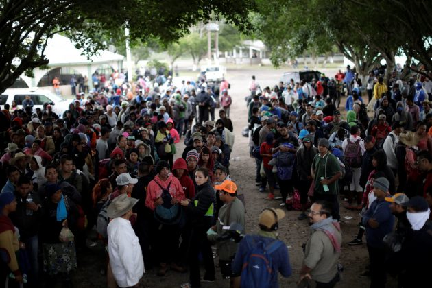 Migrants, part of a caravan traveling from Central America en route to the United States, wait to hitchhike after resting in a makeshift camp in Juan Rodriguez Clara, Mexico, November 13, 2018. Picture taken November 13, 2018. REUTERS/Ueslei Marcelino