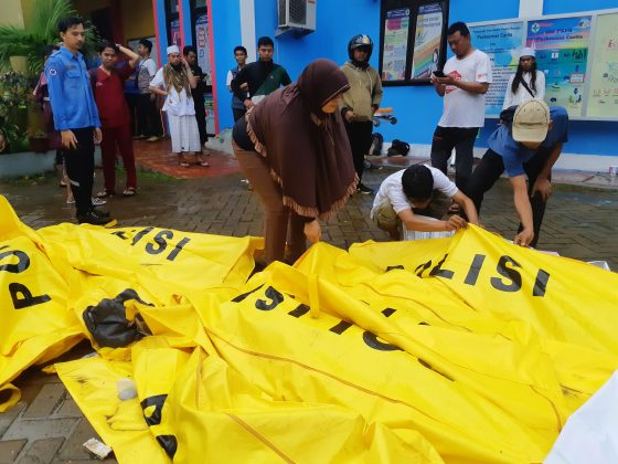 Residents inspect body bags as they search for family members outside a local health center following a tsunami at Panimbang district in Pandeglang, Banten province, Indonesia, December 23, 2018. REUTERS/Adi Kurniawan