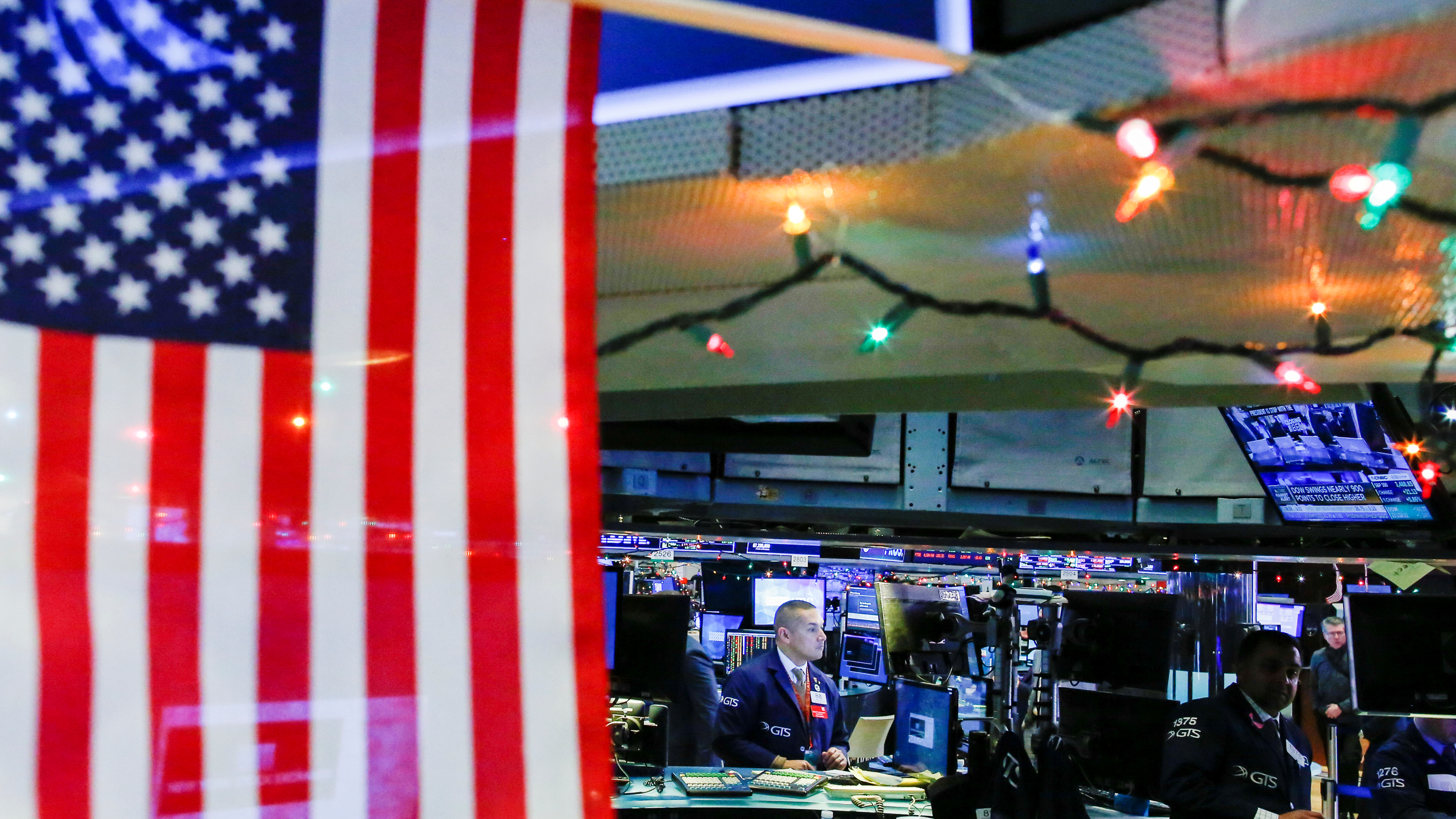 Traders work on the floor of the New York Stock Exchange (NYSE) in New York, U.S., December 27, 2018. REUTERS/Eduardo Munoz