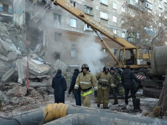 Emergency personnel work at the site of collapsed apartment building after a suspected gas blast in Magnitogorsk, Russia December 31, 2018. Minister of Civil Defence, Emergencies and Disaster Relief/Handout via REUTERS.