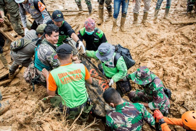 Rescue workers carry a body bag containing remains of victims following a landslide at Cisolok district in Sukabumi, West Java province, Indonesia, January 1, 2019 in this photo taken by Antara Foto. Picture taken January 1, 2019. Antara Foto/Nurul Ramadhan/ via REUTERS