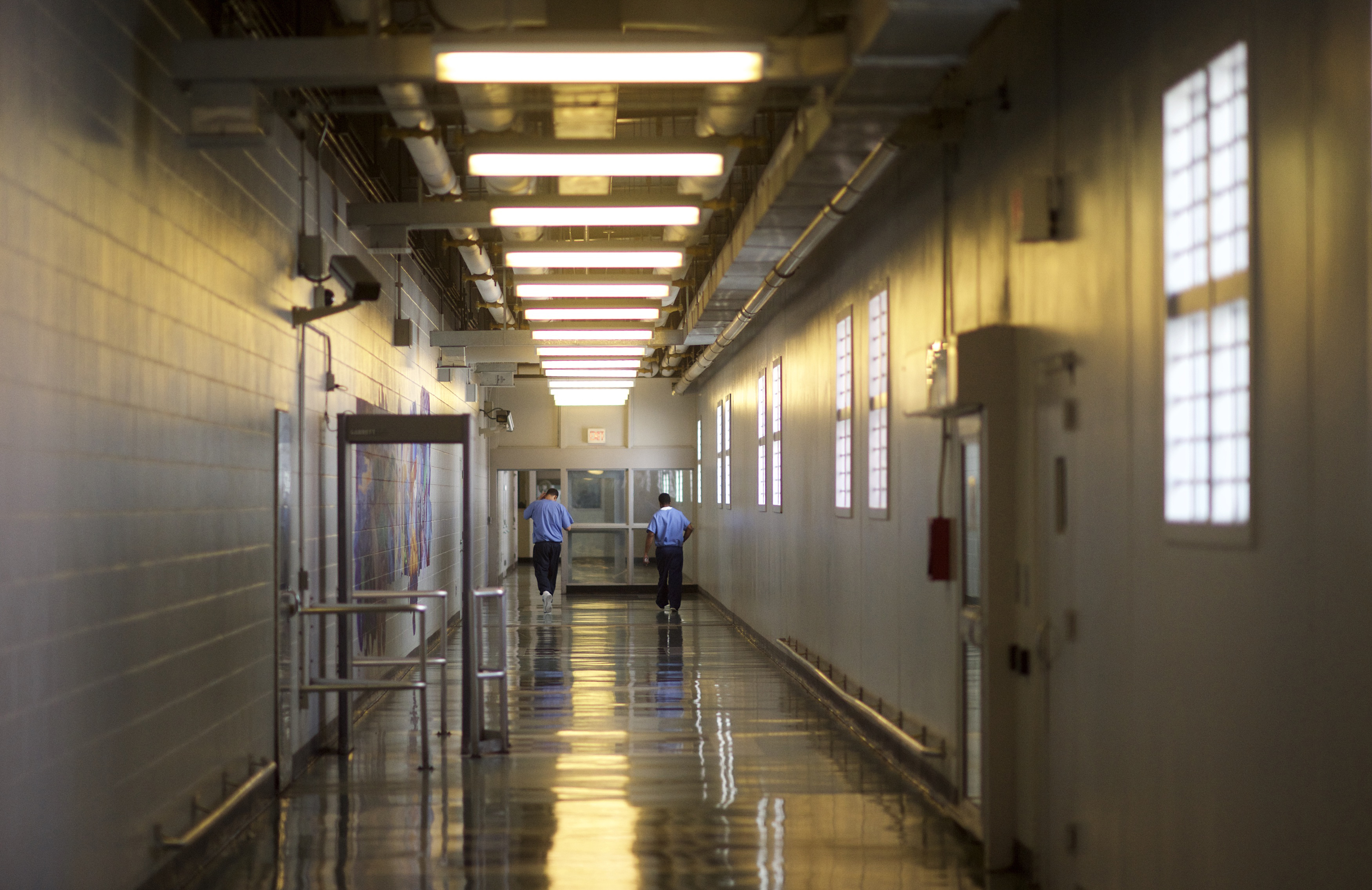 Inmates walk the hallways during a media tour of the Curran-Fromhold Correctional Facility in Philadelphia, Pennsylvania, August 7, 2015. REUTERS/Mark Makela/File Photo