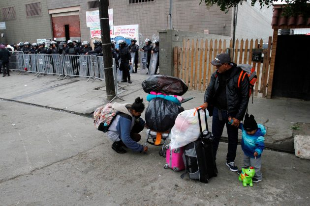 FILE PHOTO: Migrants, part of a caravan of thousands from Central America trying to reach the United States, leave a temporary shelter voluntarily, which is to be closed by Mexican authorities for sanitary reasons, in Tijuana Mexico January 5, 2019. REUTERS/Jorge Duenes