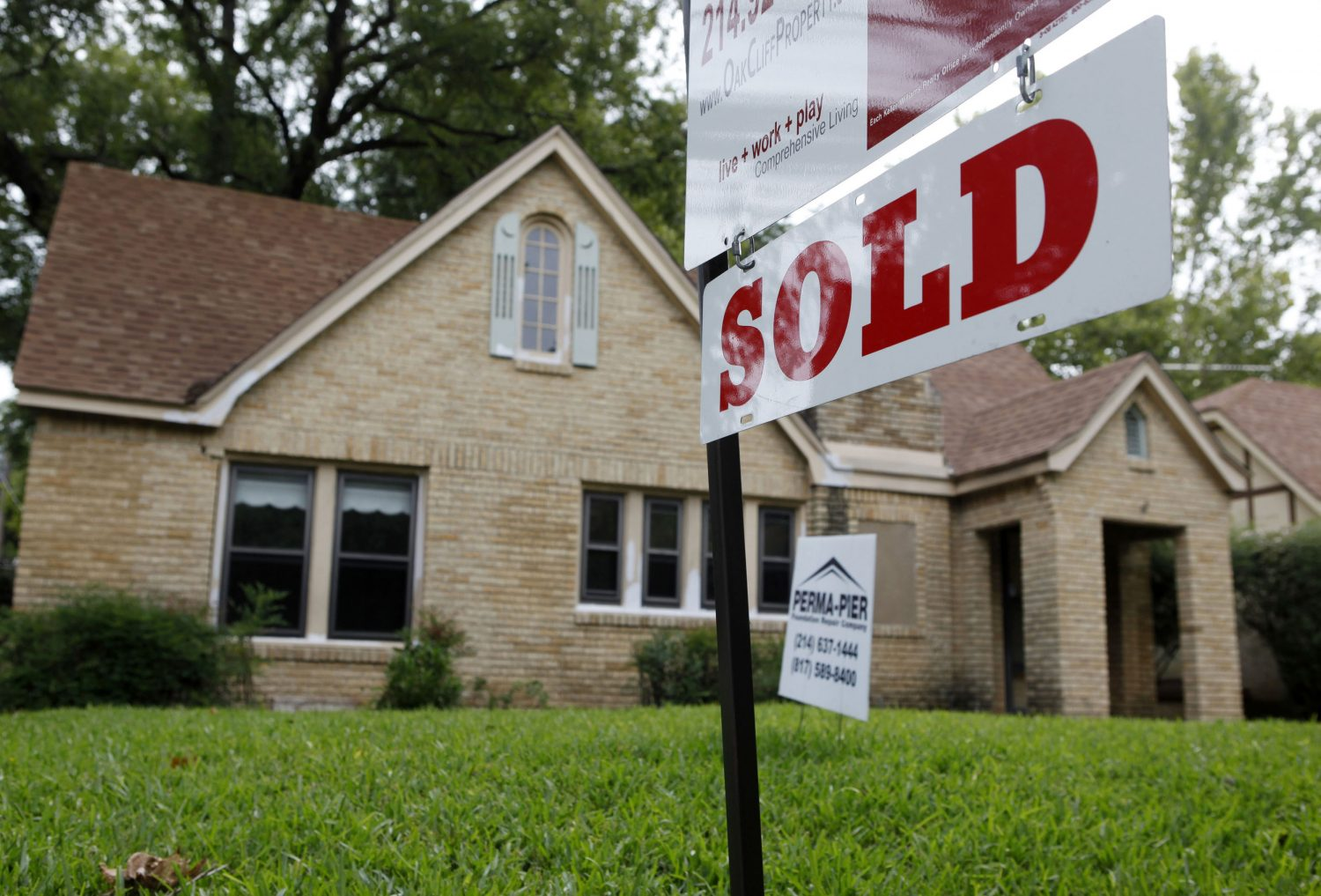 FILE PHOTO - A sold sign hangs in front of a house in Dallas, Texas September 24, 2009. REUTERS/Jessica Rinaldi
