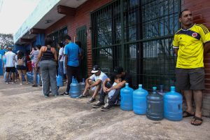 FILE PHOTO: People queue to try to buy potable water during a blackout in Puerto Ordaz, Venezuela March 10, 2019. REUTERS/William Urdaneta NO RESALES. NO ARCHIVES.
