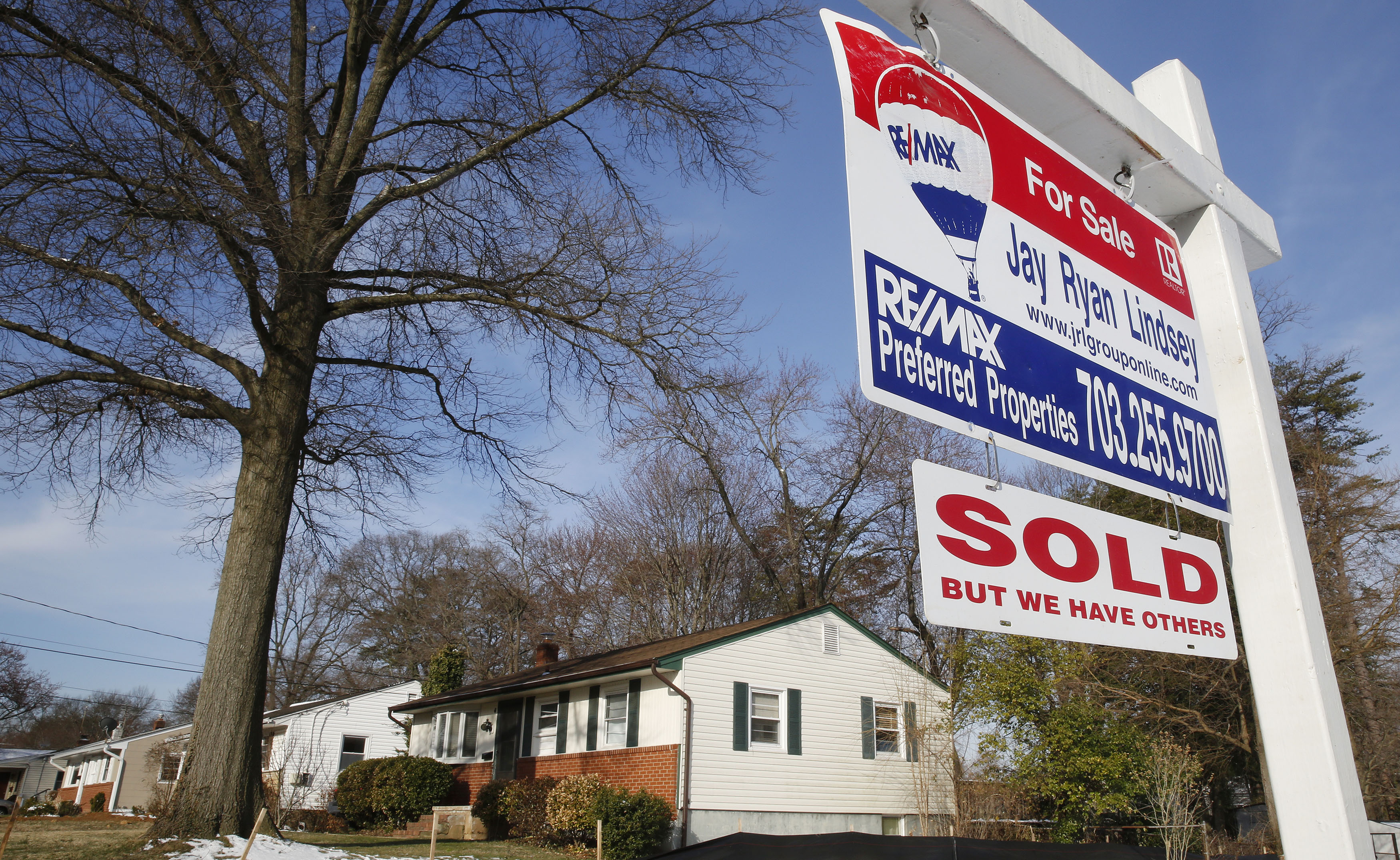 """FILE PHOTO: A home """"SOLD"""" sign hangs in front of a house in Vienna, on the day the National Association of Realtors issues its Pending Home Sales for February report, in Virginia March 27, 2014. REUTERS/Larry Downing"""