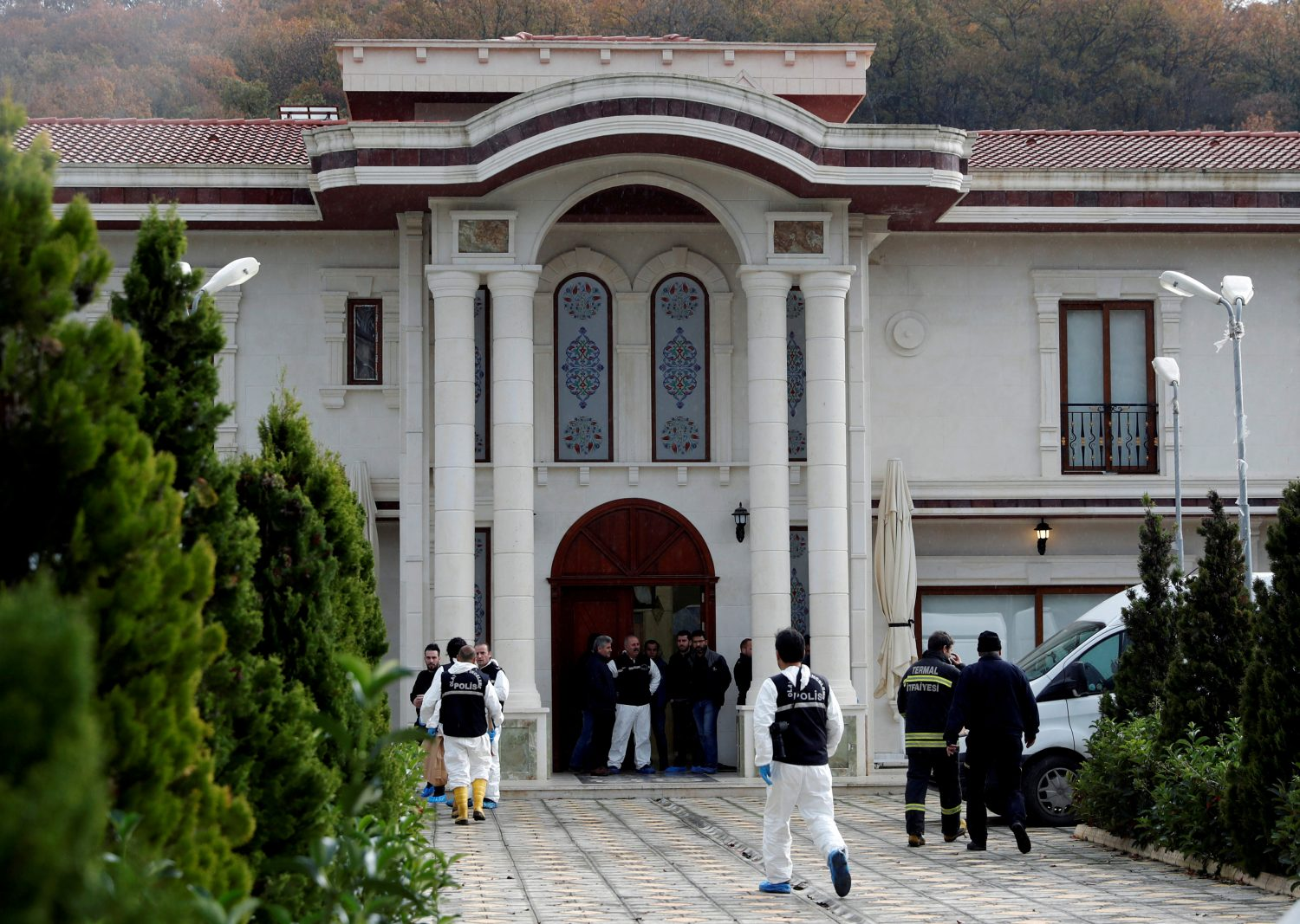 FILE PHOTO: Turkish police forensic experts and plainclothes police officers stand at the entrance of a villa in the Samanli village of the Termal district in the northwestern province of Yalova, Turkey, November 26, 2018, as police search inside in relation to the investigation into the killing of Saudi journalist Jamal Khashoggi. REUTERS/Osman Orsal/File Photo