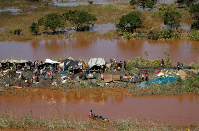 Stranded locals look on during floods after Cyclone Idai, in Buzi district, outside Beira, Mozambique, March 21, 2019. REUTERS/Siphiwe Sibeko