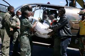 Members of the rescue team offload a body retrieved from areas flooded in the aftermath of Cyclone Idai in Chimanimani, Zimbabwe, March 21, 2019. REUTERS/Philimon Bulawayo