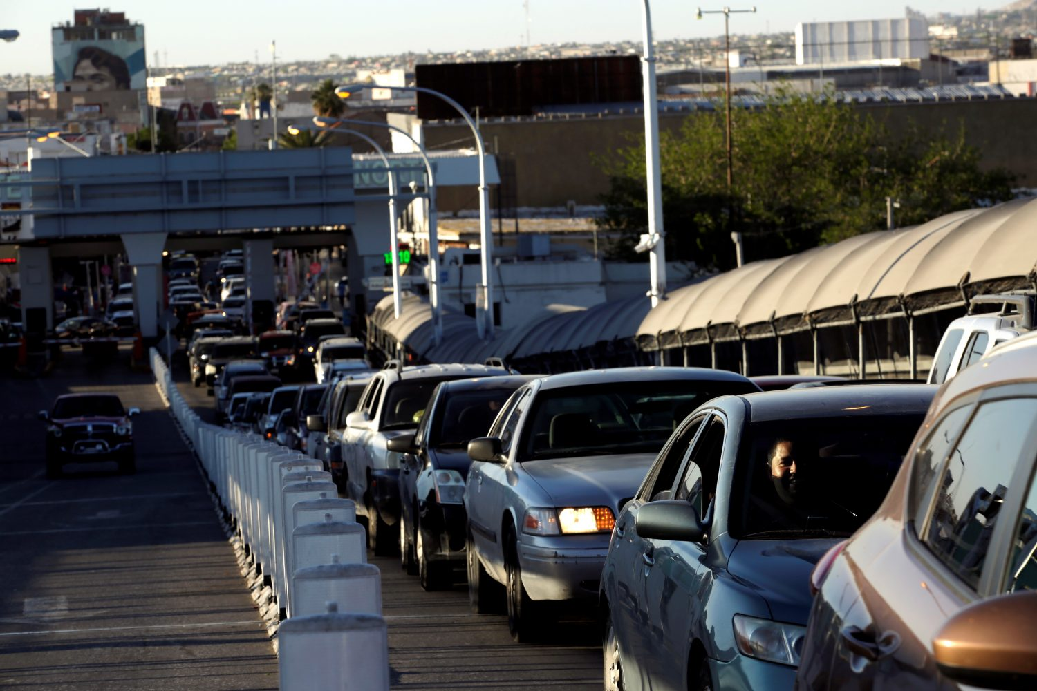 Drivers wait in line to cross to El Paso, Texas, on the international border crossing bridge Paso del Norte, in Ciudad Juarez, Mexico April 3, 2019. REUTERS/Jose Luis Gonzalez