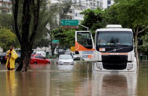 A truck is seen stuck on a flooded street during heavy rains in the Jardim Botanico neighborhood in Rio de Janeiro, Brazil April 9, 2019. REUTERS/Sergio Moraes