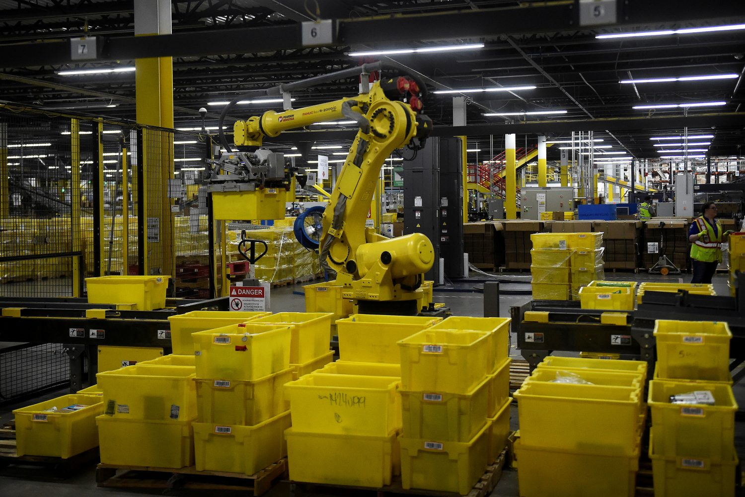 FILE PHOTO: A 6-axis robotic arm picks up sorting containers at the Amazon fulfillment center in Baltimore, Maryland, U.S., April 30, 2019. REUTERS/Clodagh Kilcoyne/File Photo