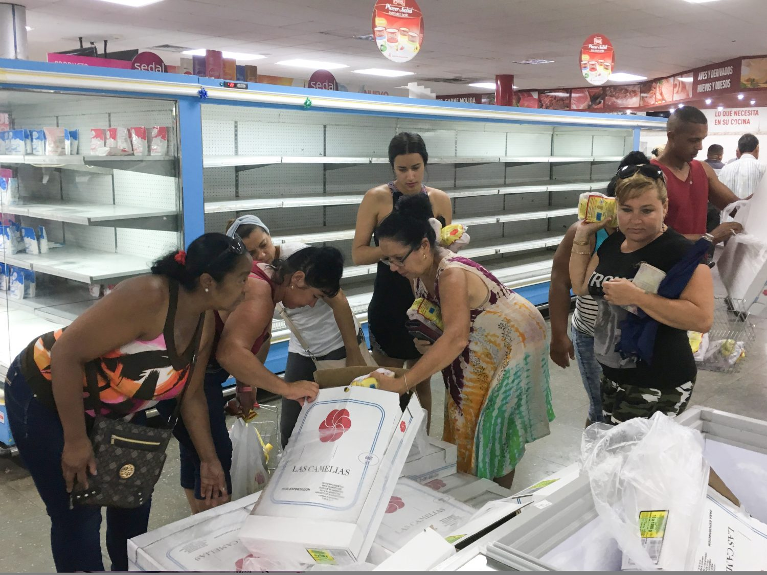 FILE PHOTO: People buy chicken in a supermarket in Havana, Cuba May 13, 2019. REUTERS/Sarah Marsh