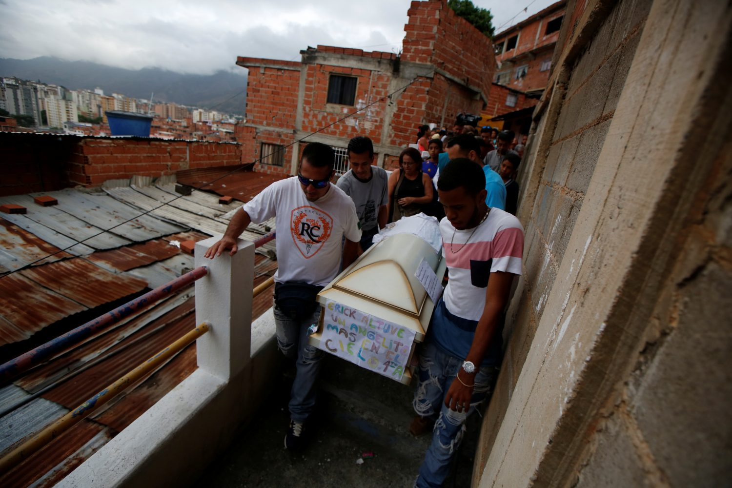 Relatives carry a coffin containing the body of Erick Altuve, a 11-year-old boy who died from respiratory problems while in care for stomach cancer at the public Jose Manuel de los Rios hospital, at Petare neighborhood in Caracas, Venezuela, May 30, 2019. REUTERS/Ivan Alvarado