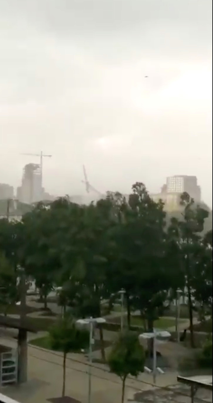 A construction crane collapses amidst high winds in Dallas, Texas, U.S., June 9, 2019 in this still image taken from a social media video. Sophie Daigle via REUTERS