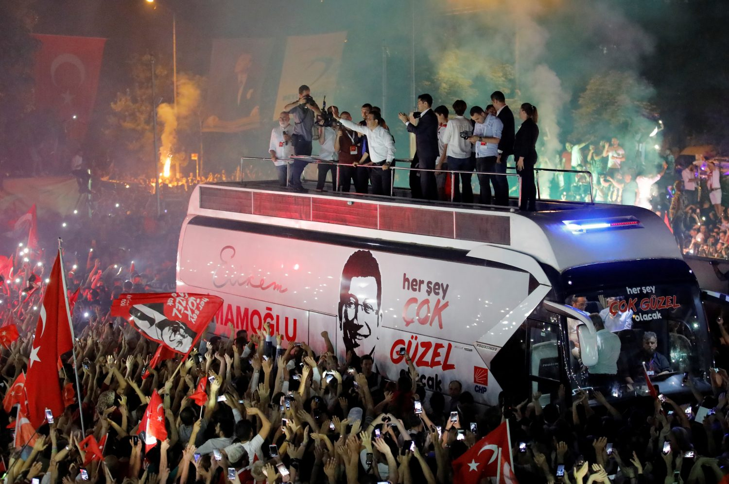 Ekrem Imamoglu, mayoral candidate of the main opposition Republican People's Party (CHP), greets supporters at a rally of in Beylikduzu district, in Istanbul, Turkey, June 23, 2019. REUTERS/Kemal Aslan