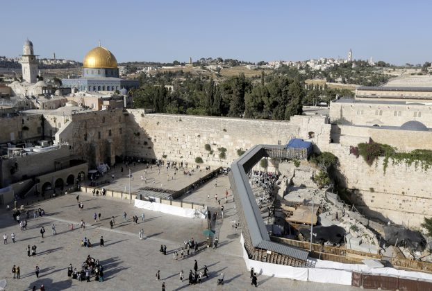 FILE PHOTO: A footbridge leads from the Western Wall to the compound known to Muslims as the Noble Sanctuary and to Jews as Temple Mount, in Jerusalem's Old City June 2, 2015. REUTERS/Ammar Awad/File Photo