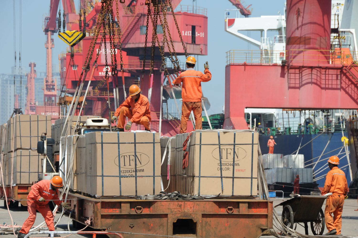 Workers load goods for export onto a crane at a port in Lianyungang, Jiangsu province, China June 7, 2019. Picture taken June 7, 2019. REUTERS/Stringer