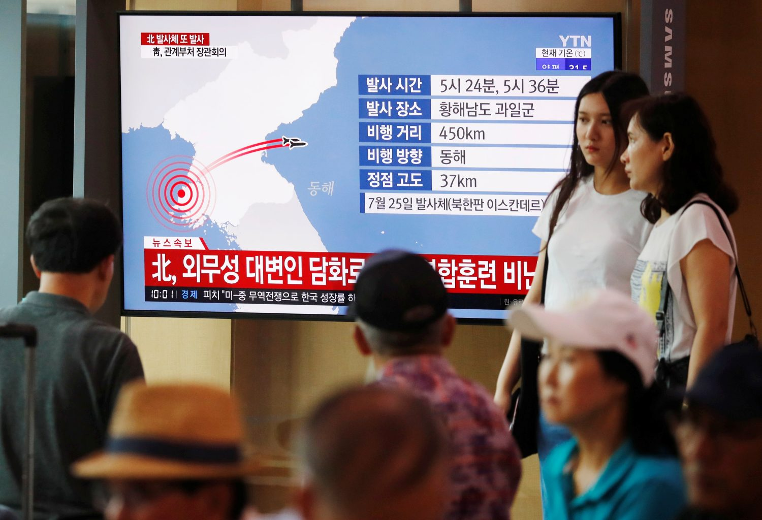 People watch a TV broadcasting a news report on North Korea firing two unidentified projectiles, in Seoul, South Korea, August 6, 2019. REUTERS/Kim Hong-Ji